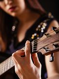 Jouer la guitare acoustique Photographie stock libre de droits