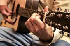 Jouer la guitare avec une sélection de guitare photos libres de droits