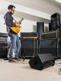 Jouer la guitare dans le studio d'enregistrement photographie stock libre de droits