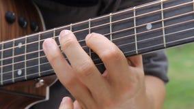 Jouer la guitare en parc clips vidéos