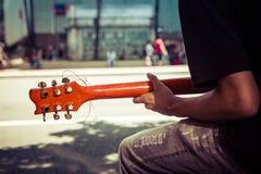 Jouer la guitare sur la rue Photos stock