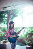 Jouer la littérature et les arts d'amour de fille de guitare Photo stock