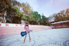 Jouer la littérature et les arts d'amour de fille de guitare Images libres de droits