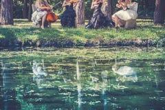 Jouer la musique en nature Photographie stock libre de droits