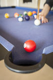 Jouer la piscine sur la table de billard photos libres de droits