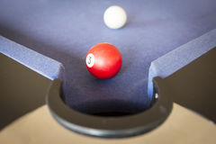 Jouer la piscine sur la table de billard Photos libres de droits