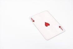 Jouer la taille horizontale de cartes as des coeurs sur le fond blanc, copyspace abrégé sur chance Photographie stock libre de droits