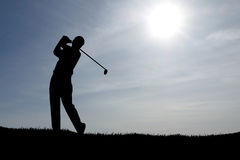 Jouer le ciel bleu de golf Images stock