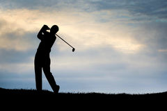 Jouer le ciel bleu de golf Photos stock