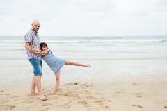 Jouer le danseur avec mon papa sur la plage Photographie stock libre de droits