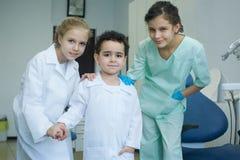 Jouer le dentiste dans le bureau dentaire images libres de droits