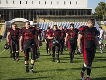 Jouer le football américain au stade images libres de droits