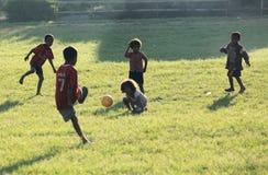 Jouer le football Bajawa Flores photo stock