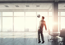 Jouer le football dans le bureau 3d rendent Photos stock