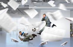 Jouer le football de bureau Media mélangé photo stock