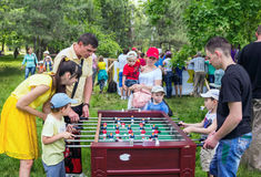 Jouer le football de foosball Photos libres de droits