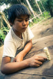 Jouer le garçon chez Mashaquipe en Bolivie Photo stock