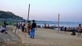 Jouer le jeu de chinhole, Mandalay, Myanmar clips vidéos