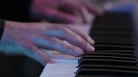Jouer le piano banque de vidéos