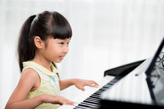 Jouer le piano Photo libre de droits
