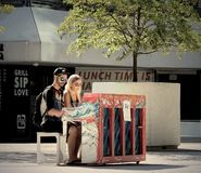 Jouer le piano sous le soleil Photo libre de droits