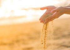 Jouer le sable sur la plage Images libres de droits
