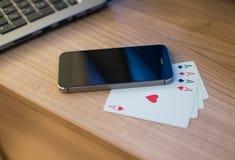 Jouer le smartphone de cartes Images libres de droits