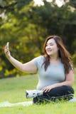 Jouer le téléphone portable Images libres de droits