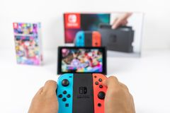 Jouer Mario Kart Deluxe 8 dans le commutateur de Nintendo photographie stock libre de droits