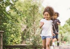 Jouer mignon de petite fille extérieur jeu heureux d'enfant et d'ami au parc photos libres de droits