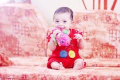 Jouer nouveau-né de fille Image libre de droits
