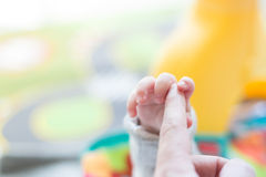 Jouer nouveau-né heureux de bébé Photo stock