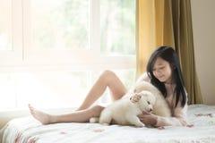 Jouer peu asiatique avec des chiots de chien de traîneau sibérien Photographie stock