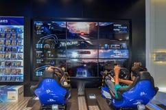 Jouer Playstation 4 en Sony Center, mail de Dubaï, Dubaï Photographie stock libre de droits