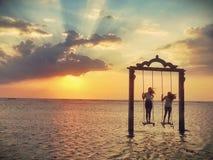 Jouer sous le coucher du soleil Photos stock