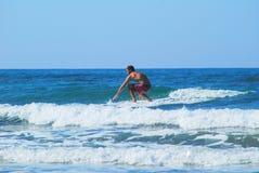 Jouer sur de petites vagues Image stock