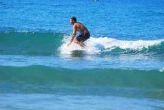Jouer sur de petites vagues Photo stock