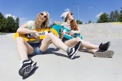 Jouer sur des planches à roulettes ! Photographie stock libre de droits