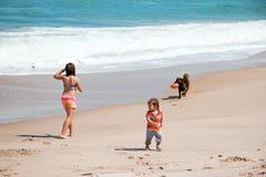 Jouer sur la plage image libre de droits