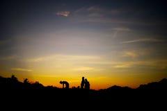 Jouer sur un lever de soleil Images stock
