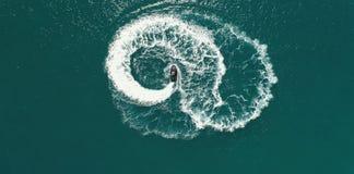 Jouer sur un scooter de mer Photo libre de droits