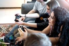 Jouer un jeu de console Image stock