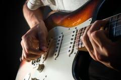 Jouer une guitare électrique de vintage Image stock