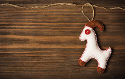 Jouet accrochant de décoration de Noël, fond en bois grunge Photos stock
