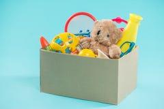 jouet Boîte de donation avec les articles non désirés pour des pauvres Photo stock