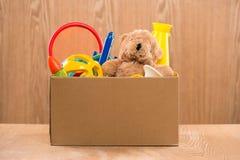 jouet Boîte de donation avec les articles non désirés pour des pauvres Images stock
