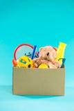 jouet Boîte de donation avec les articles non désirés pour des pauvres Photo libre de droits