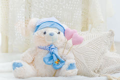 Jouet bourré d'ours de nounours avec des coeurs et des oreillers Image stock