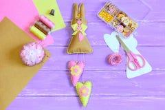 Jouet bourré de lapin de Pâques avec des coeurs cousus du feutre Ciseaux, goupilles, fil, dé, boutons et perles dans la boîte, ca Image stock