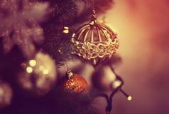 Jouet brillant rouge sur l'arbre de Noël Photographie stock libre de droits